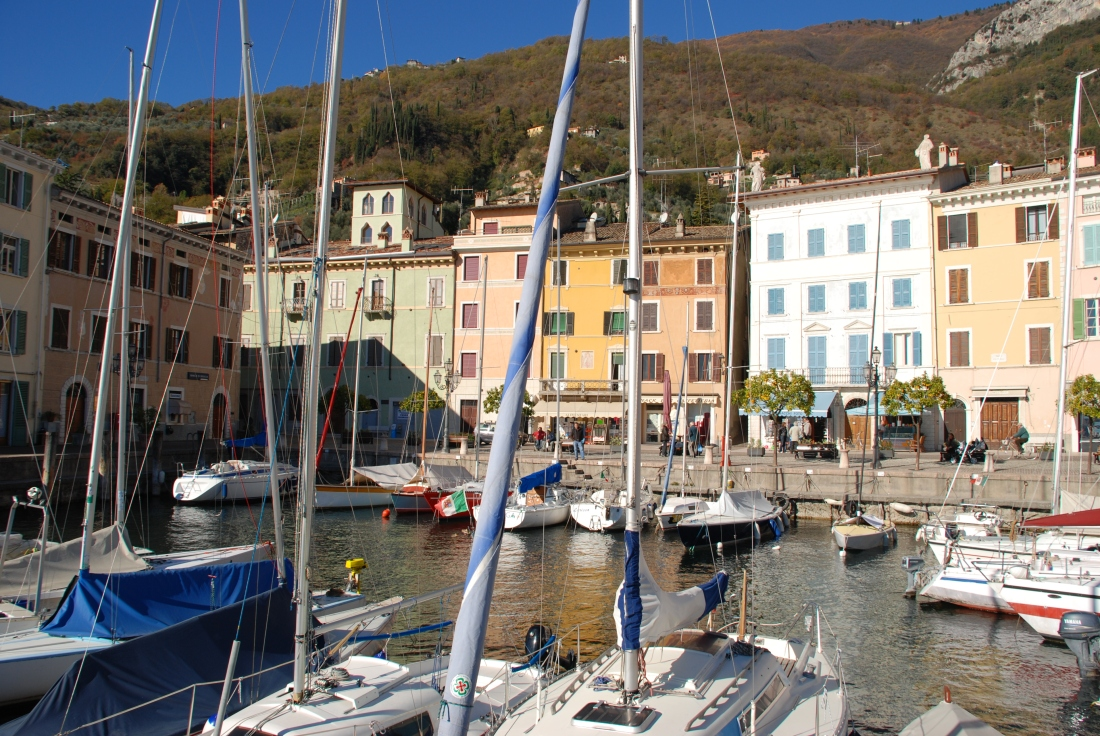 Gargnano, Seepromenade, Hafen, oben links Musaga